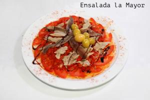 tomate, pimiento del piquillo, ventresca de atún, anchoas y aceitunas